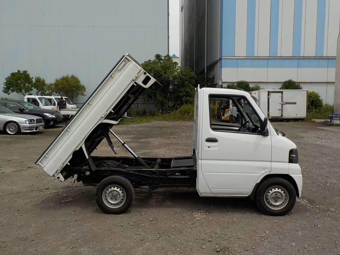 It is a picture of the white mitsubishi minicab dump in 2006,First Photo Stock No.Y031441