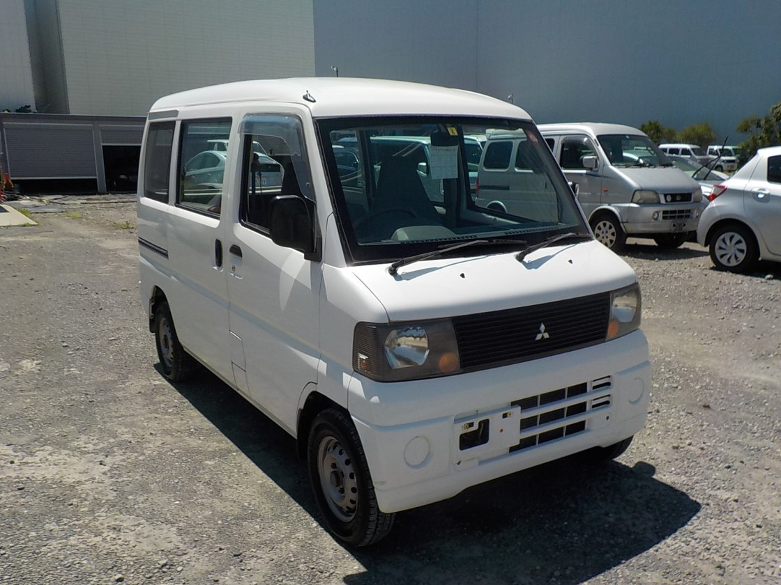 It is a picture of the white mitsubishi minicab passenger van in 2004,First Photo Stock No.Y031878