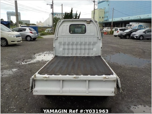 It is a picture of the white suzuki carry truck in 2002,Sub Photo 4 Stock No.Y031963