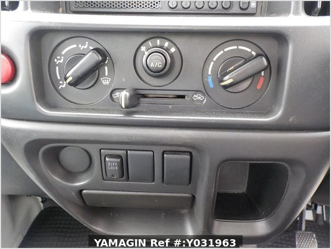 It is a picture of the white suzuki carry truck in 2002,Sub Photo 7 Stock No.Y031963