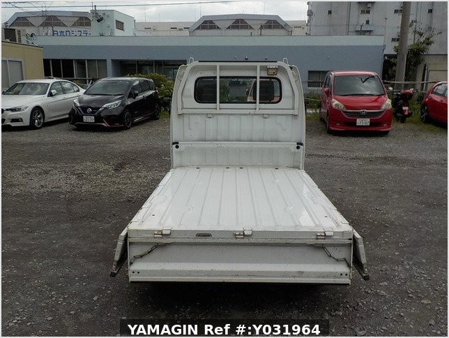 It is a picture of the white suzuki carry truck in 2004,Sub Photo 4 Stock No.Y031964