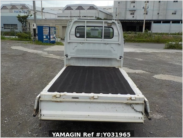It is a picture of the white suzuki carry  truck in 2002,Sub Photo 4 Stock No.Y031965