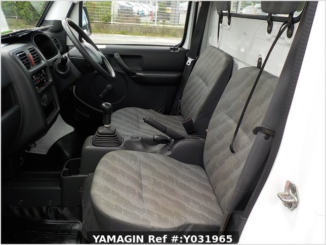 It is a picture of the white suzuki carry  truck in 2002,Sub Photo 12 Stock No.Y031965