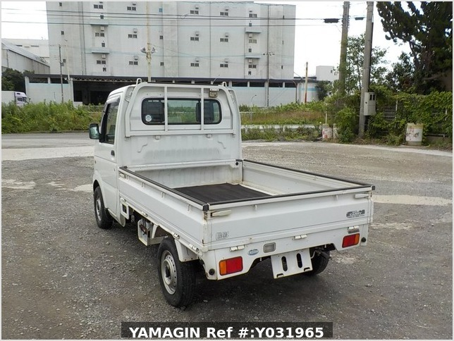 It is a picture of the white suzuki carry  truck in 2002,Sub Photo 3 Stock No.Y031965