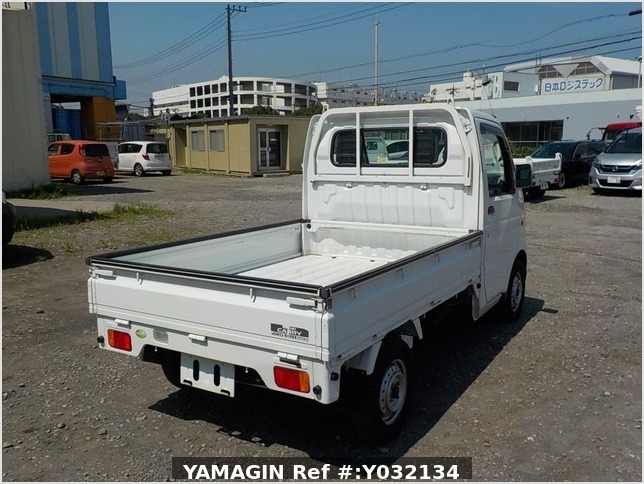 It is a picture of the white suzuki carry truck in 2006,Sub Photo 3 Stock No.Y032134