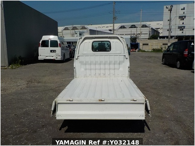 It is a picture of the white suzuki carry truck in 2002,Sub Photo 4 Stock No.Y032148
