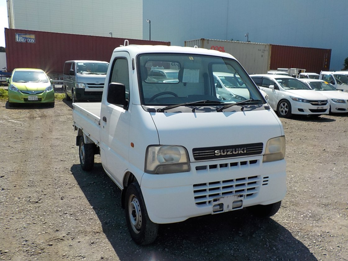 It is a picture of the white suzuki carry truck in 2002,First Photo Stock No.Y032148