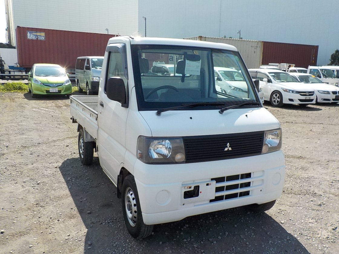 It is a picture of the white mitsubishi minicab truck in 2001,First Photo Stock No.Y032198