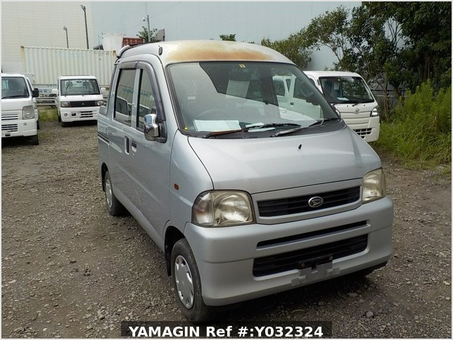 It is a picture of the silver daihatsu hijet deck van in 2004,Sub Photo 0 Stock No.Y032324