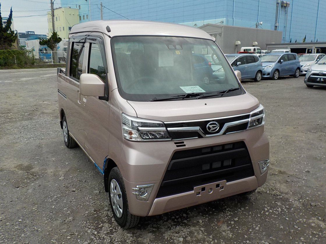 It is a picture of the light rose  daihatsu hijet deck van in 2020,First Photo Stock No.Y032347