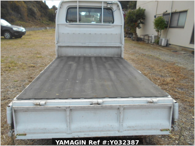It is a picture of the white suzuki carry truck in 1996,Sub Photo 5 Stock No.Y038110
