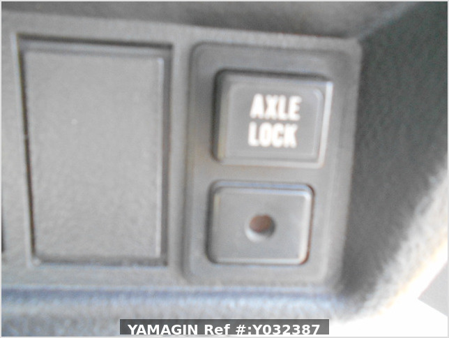 It is a picture of the white suzuki carry truck in 1996,Sub Photo 8 Stock No.Y038110