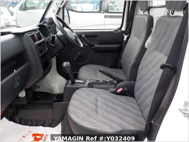 It is a picture of the white suzuki carry truck in 2012,Sub Photo 7 Stock No.Y032409