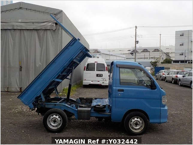 It is a picture of the blue daihatsu hijet dump in 2004,Sub Photo 0 Stock No.Y032442