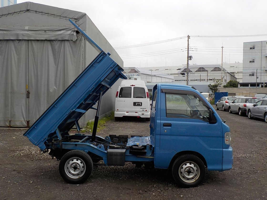 It is a picture of the blue daihatsu hijet dump in 2004,First Photo Stock No.Y032442