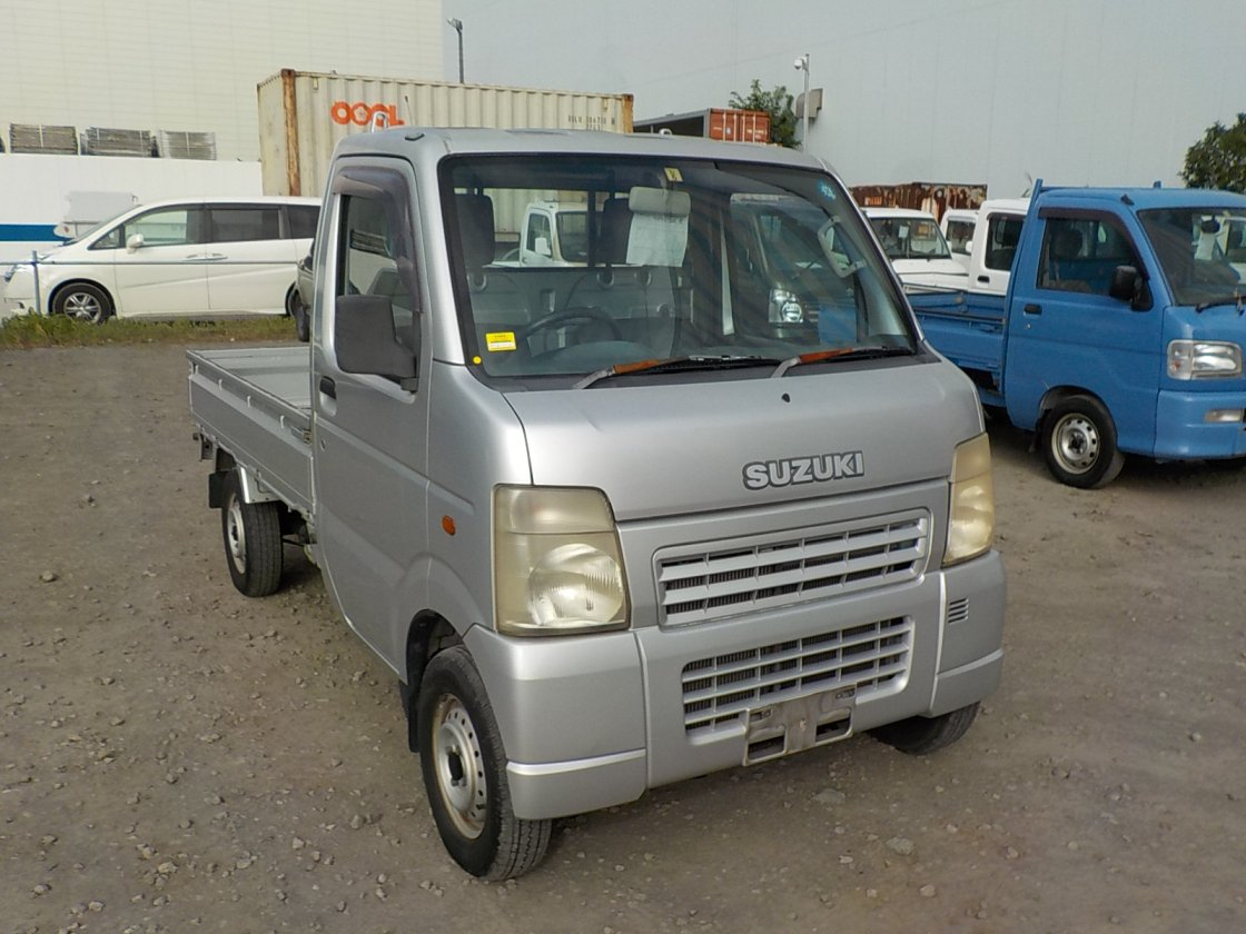 It is a picture of the silver suzuki carry truck in 2004,First Photo Stock No.Y032534