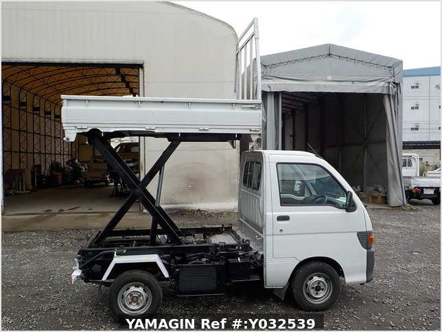 It is a picture of the white daihatsu hijet scissors dump in 1996,Sub Photo 0 Stock No.Y032539