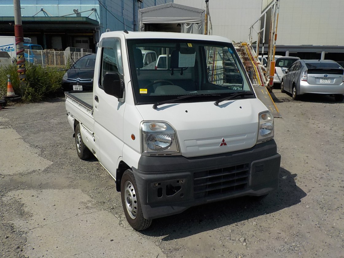 It is a picture of the white mitsubishi minicab truck in 1999,First Photo Stock No.Y032601