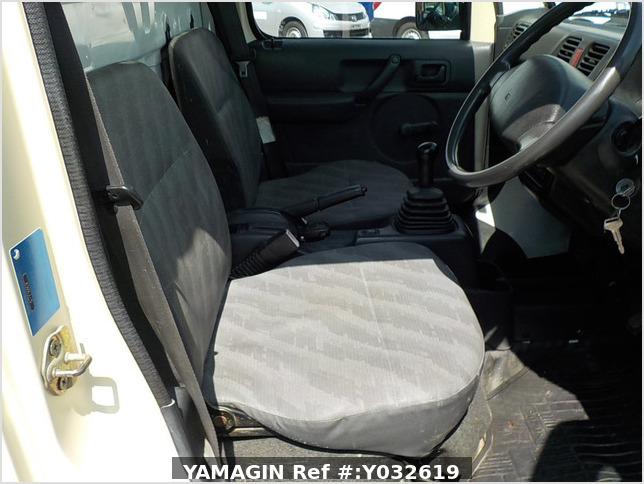 It is a picture of the beige  suzuki carry dump in 2004,Sub Photo 12 Stock No.Y032619