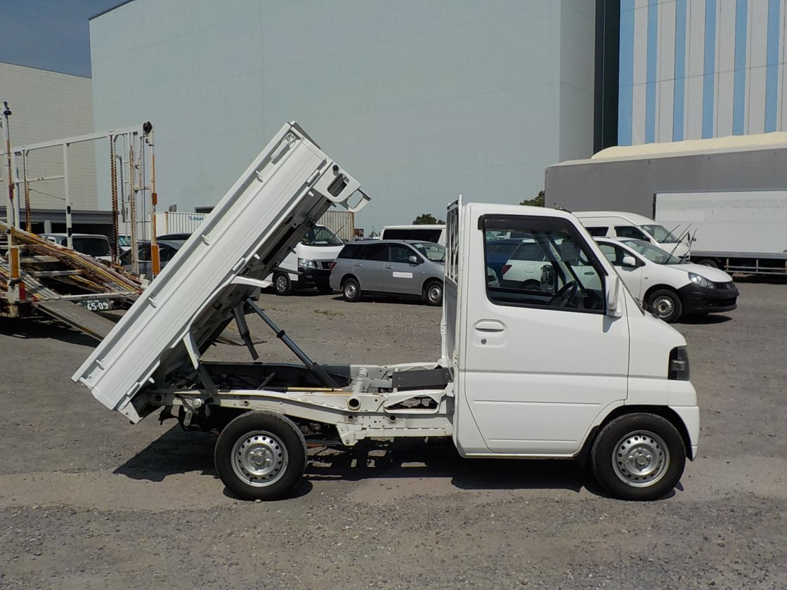 It is a picture of the white nissan clipper  dump in 2009,First Photo Stock No.Y032620