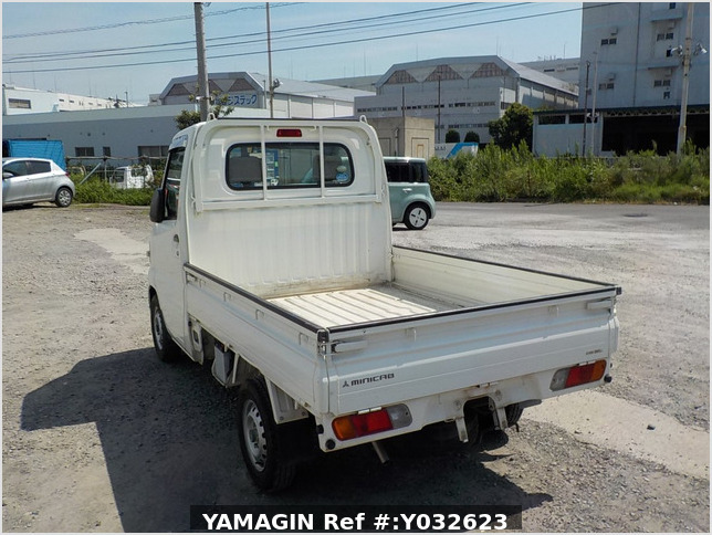 It is a picture of the white mitsubishi minicab truck in 2010,Sub Photo 3 Stock No.Y032623