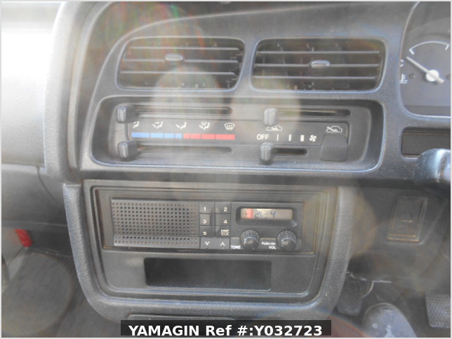 It is a picture of the white suzuki carry truck in 1996,Sub Photo 6 Stock No.Y032723