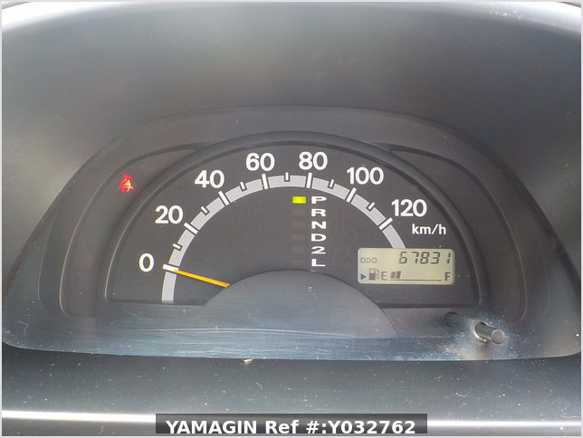 It is a picture of the white suzuki carry truck in 2004,Sub Photo 6 Stock No.Y032762