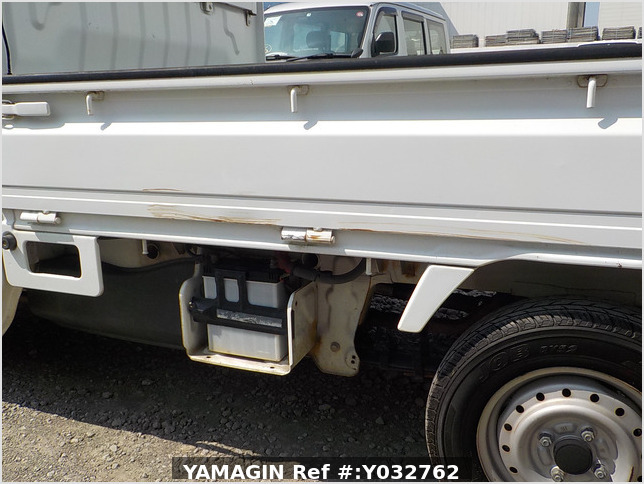 It is a picture of the white suzuki carry truck in 2004,Sub Photo 5 Stock No.Y032762