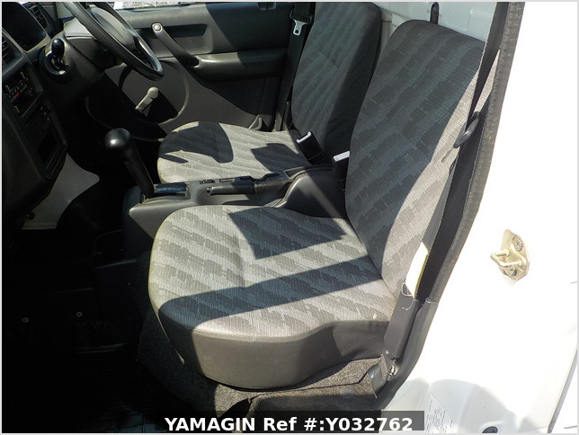 It is a picture of the white suzuki carry truck in 2004,Sub Photo 13 Stock No.Y032762