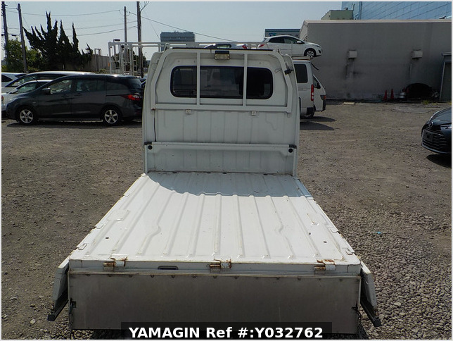 It is a picture of the white suzuki carry truck in 2004,Sub Photo 4 Stock No.Y032762