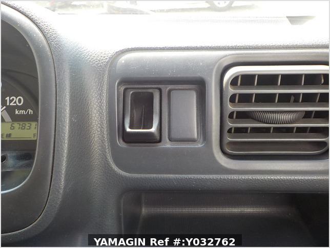 It is a picture of the white suzuki carry truck in 2004,Sub Photo 11 Stock No.Y032762