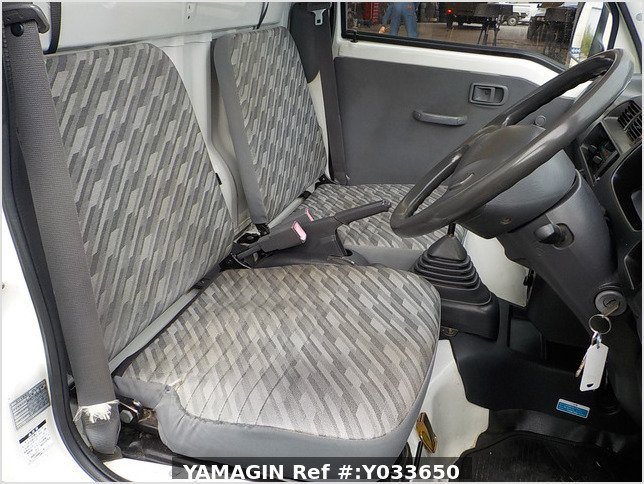 It is a picture of the white daihatsu hijet  truck in 2004,Sub Photo 11 Stock No.Y033650