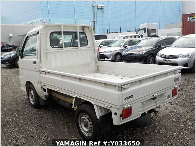 It is a picture of the white daihatsu hijet  truck in 2004,Sub Photo 3 Stock No.Y033650