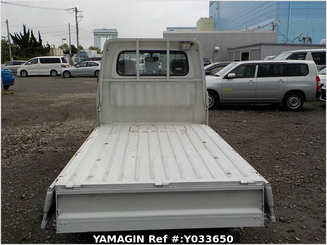 It is a picture of the white daihatsu hijet  truck in 2004,Sub Photo 4 Stock No.Y033650