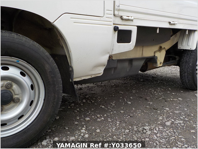 It is a picture of the white daihatsu hijet  truck in 2004,Sub Photo 13 Stock No.Y033650