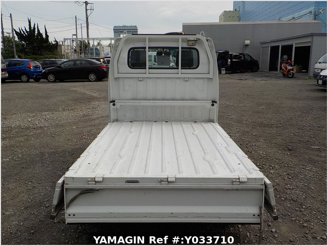 It is a picture of the white suzuki carry truck in 2002,Sub Photo 4 Stock No.Y033710