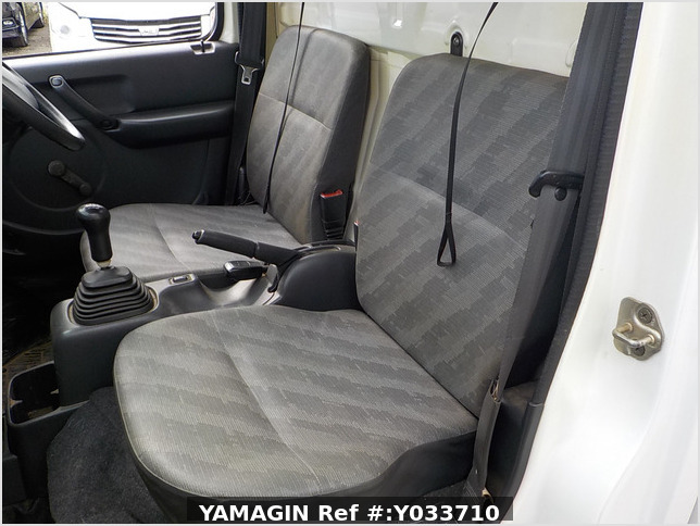 It is a picture of the white suzuki carry truck in 2002,Sub Photo 12 Stock No.Y033710