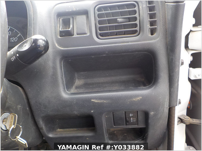 It is a picture of the white suzuki carry truck in 2012,Sub Photo 13 Stock No.Y033882