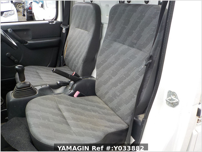 It is a picture of the white suzuki carry truck in 2012,Sub Photo 11 Stock No.Y033882