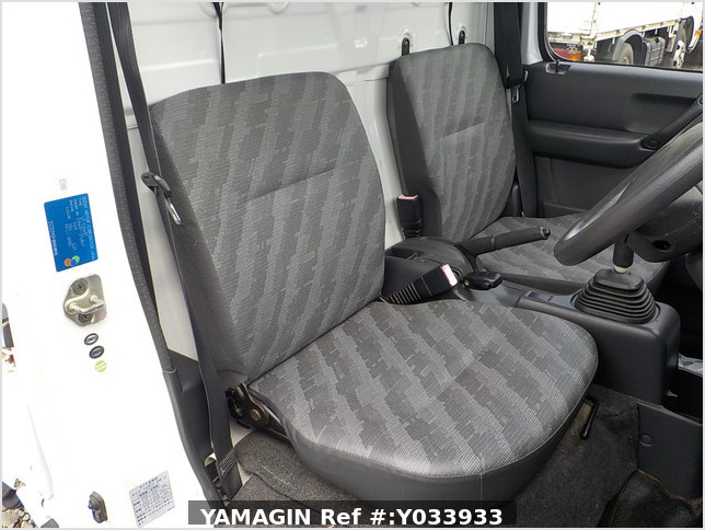 It is a picture of the white suzuki carry truck in 2004,Sub Photo 7 Stock No.Y033933