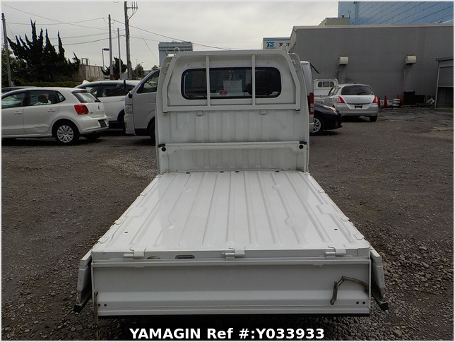It is a picture of the white suzuki carry truck in 2004,Sub Photo 4 Stock No.Y033933