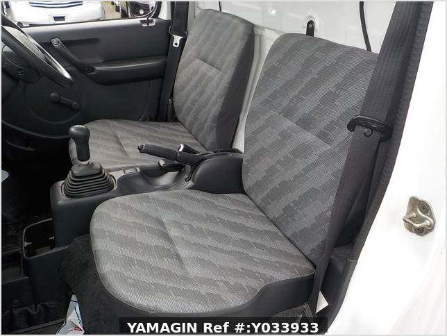It is a picture of the white suzuki carry truck in 2004,Sub Photo 8 Stock No.Y033933
