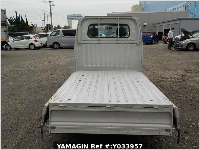 It is a picture of the white mitsubishi minicab truck in 2001,Sub Photo 4 Stock No.Y033957