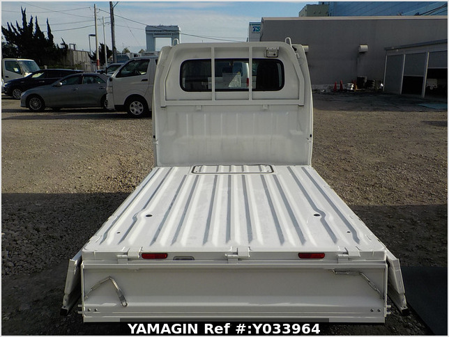 It is a picture of the white suzuki carry truck in 2014,Sub Photo 4 Stock No.Y033964