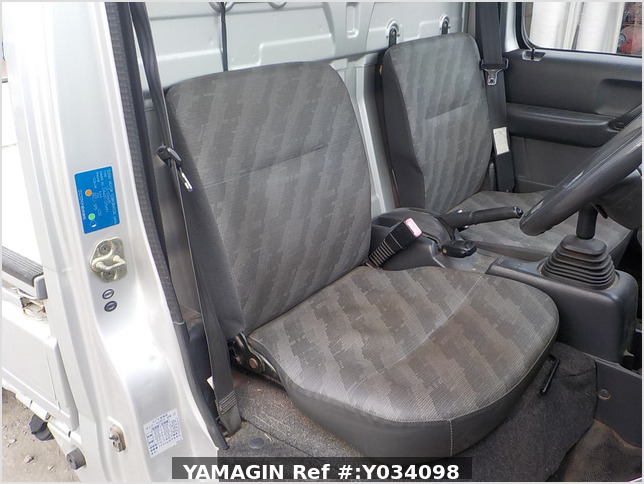 It is a picture of the silver suzuki carry truck in 2004,Sub Photo 5 Stock No.Y034098