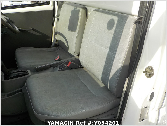 It is a picture of the white mitsubishi minicab truck in 2004,Sub Photo 11 Stock No.Y034201