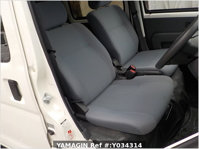 It is a picture of the white daihatsu hijet deck van in 2011,Sub Photo 8 Stock No.Y034314