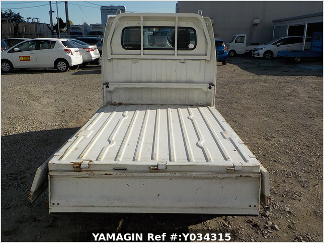 It is a picture of the white suzuki carry truck in 2003,Sub Photo 4 Stock No.Y034315