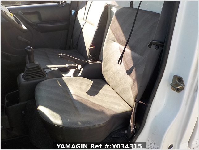 It is a picture of the white suzuki carry truck in 2003,Sub Photo 6 Stock No.Y034315