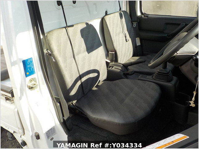 It is a picture of the white suzuki carry truck in 2002,Sub Photo 10 Stock No.Y034334
